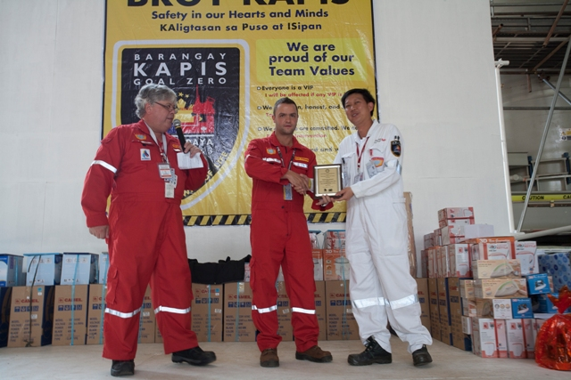 Keppel Project Director Leong Kok Weng (leftmost) receives the award for achieving 5 Million Man Hours LTI-Free in MP3 from (right to left) MP2 and 3 Project Manager Antoine Bliek and MP3 Company Site Representative Nathan Stephenson.