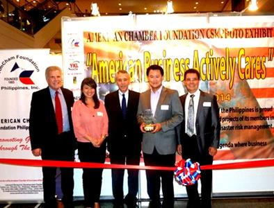 Receiving the award for SIKAP are [2nd from left] Malampaya Project Communications Advisor Christine Guison and [2nd from right] Shell Finance Director Jeng Pascual, from [left to right] AmCham President Rhicke Jennings, United States Ambassador to the Philippines His Excellency Philip Goldberg and AmCham Foundation President Edwin Feist.
